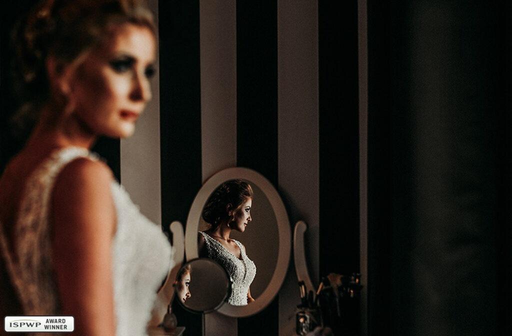 portret panny młodej w lustrze, w dniu ślubu